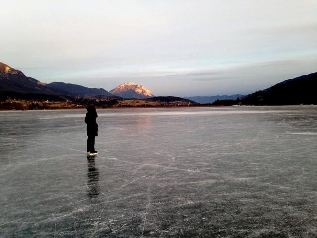 Eislaufen am Presseggersee_im Hintergrund der Dobratsch