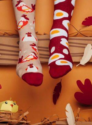 glueckliche Huehner und Ei Socken